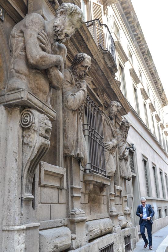 La statue-surveillance